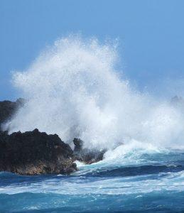 岩頭に砕ける波しぶき(ハワイ):無常の流れ